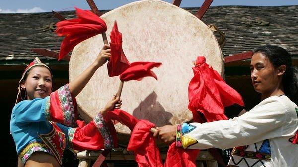 ...族自治州景洪市基诺山基诺族乡的村寨中.大鼓舞把基诺族的