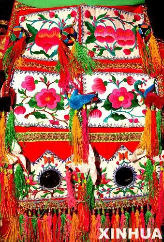 1月30日,在青海省互助土族自治县丹麻镇举办的土族服饰展演...