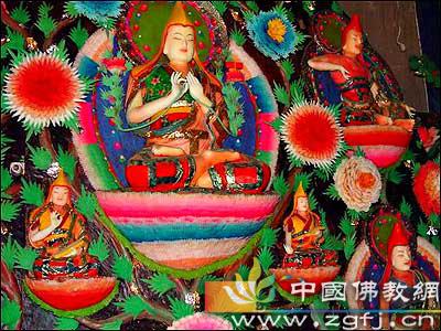 青海塔尔寺艺僧展示精美的酥油花艺术