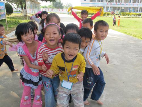 龙邦试验学校小学生快乐的笑脸