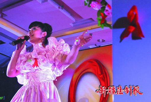 场舞爱在天地间_图为乌鲁木齐市畅响残疾人艺术团歌手李静琳在演唱歌曲《爱在天地间》