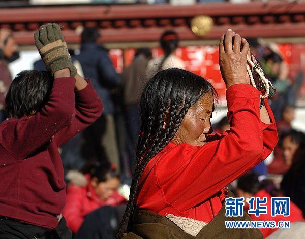 西藏/来自西藏那曲的藏族老阿妈在拉萨大昭寺前磕长头(2007年12月8...