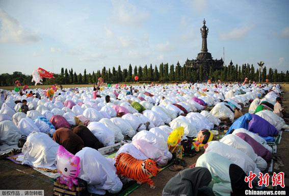 全球穆斯林喜迎开斋节图片
