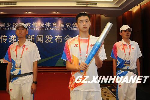 第九届全国少数民族运动会火炬手和护跑手的服装(8月19日摄).新