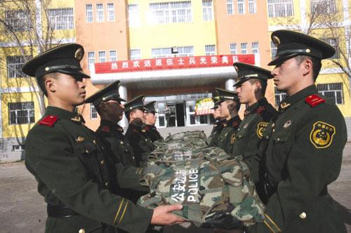 驻新疆部队首批退伍老兵返乡图片