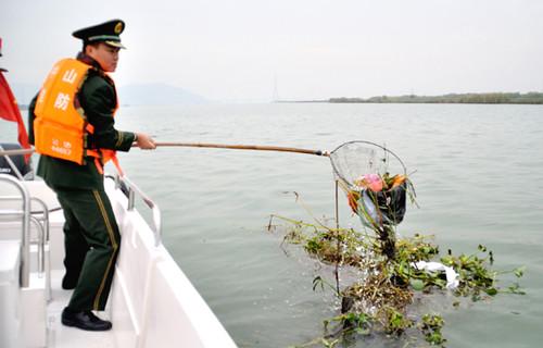 清理海洋垃圾迎接国际志愿人员