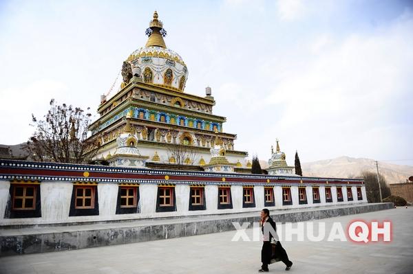 安多藏区第一塔--郭麻日寺时轮金刚塔[ 来源:中国西藏网  发布日期:2012-03-19 &nbsp浏览()人次  投稿  收藏 ]  3月16日,一名藏族群众从郭麻日寺时轮金刚塔前走过。 新华社记者 张宏祥 摄   位于青海省黄南藏族自治州同仁县境内的郭麻日寺时轮金刚塔是安多藏区最大的佛塔,有着安多藏区第一佛塔的美誉。时轮金刚塔高33米,塔基周长33米,占地面积约1156平方米,整座佛塔结构严谨、布局新颖别致。塔心藏有十世班禅大师的袈裟和生活用具,塔的外壁上塑有35座般若佛像。  3月16日拍摄的郭麻