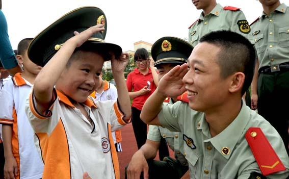 兵开展关爱智障儿童活动