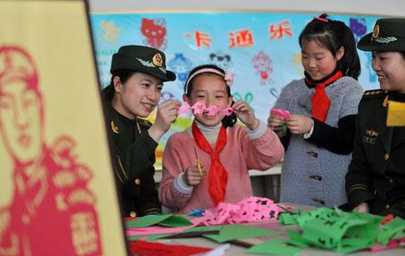 边防官兵助小学生传承满族剪纸艺术