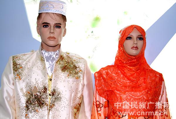 常服  回族青年礼服   节日服装  盛装  时装   宁夏回族服饰广泛借鉴吸收国内外穆斯林服饰文化的特色与优点,设计时尚、精工细作、美观大方、品质精良。目前宁夏当地的回族中有心于民族服饰文化者,经过多年的研究,开发了200多种回族服饰,并进入了高端市场。中东一些阿拉伯国家也纷纷向宁夏的回族服饰加工厂家下订单,每年外销数十万套。   回族人的服饰最大特点是淳朴至美,伊斯兰教义要求所有穆斯林都能做到仪表秀美、衣着讲究。回族服饰有鲜明的民族特色,最显著的特征是男子多带小白帽,女子带各种花色的头巾。回族的服