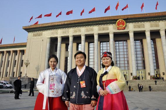 三位汉朝同声传译严楠(左)、李峰(中)、权成爱(右).