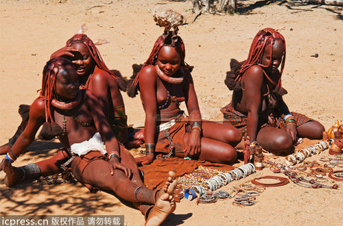 探访露乳为美的辛巴族