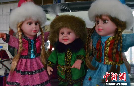 新疆哈萨克族传统刺绣创新推出 新疆版芭比娃娃
