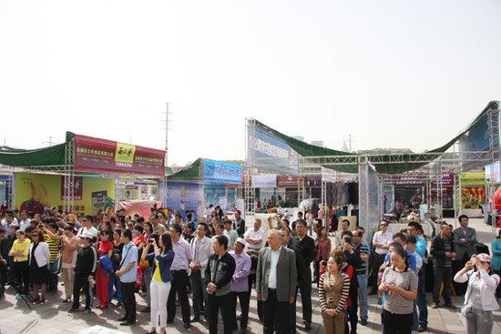 乌鲁木齐市民宗委在华凌市场举办了少数民族特需