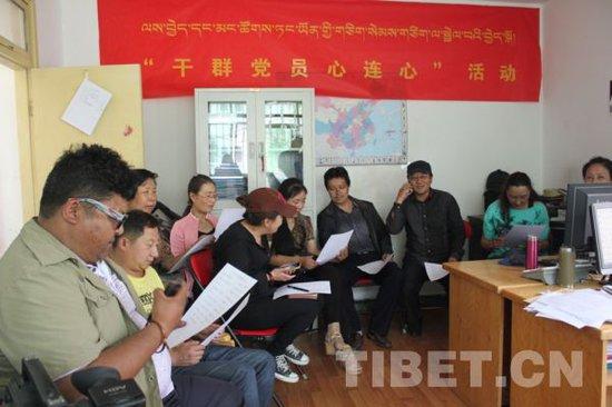 西藏自治区干群党员心连心活动现场 摄影:马静   8月5日下午,西藏自治区图书馆举办千里传真情,密切联系群众,干群党员心连心结对互帮,互通电话仪式。   为进一步密切联系群众,全面提高党员素质,贯彻落实党的群众路线教育实践活动,西藏图书馆22名干部党员和图书馆驻村点那曲地区巴青县阿秀乡十一村21名群众党员,分别在图书馆办公室和阿秀乡十一村驻村工作队驻地集合,结成对子,互通电话。   在电话中,他们相互了解对方家庭成员和生产生活等方面的基本情况,存留双方联系方式,下一步将通过驻村工作队互换照
