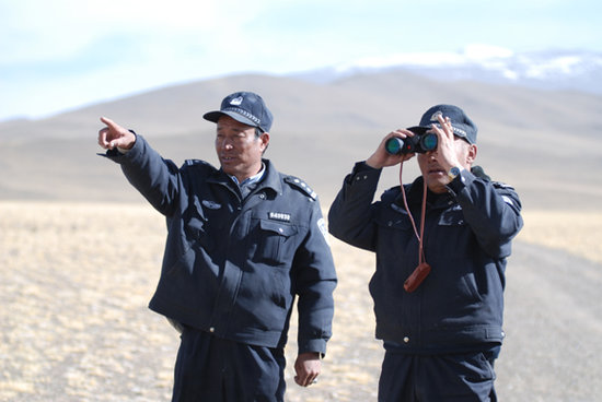 我的事业属于这片热土,我爱这里的野生动物,只要身体允许,我愿意一直在这里干到退休。当记者问到西藏阿里森林公安局局长旦达为何17年无怨无悔坚守在西藏羌塘自然保护区是,他如是说。   今年53岁的旦达出生在西藏阿里地区,对于阿里这片世界屋脊上的土地,它有着一种别样的热恋。1996年,旦达从部队转业,面对许多战友纷纷进了一些工作条件好、福利待遇高的单位,他毫不动心。源于对这片热土的挚爱和对野生动物保护工作的向往,他放弃了到好单位工作的机会,义无返顾的选择了森林公安这一行。并且,一干就是17年。   守护在