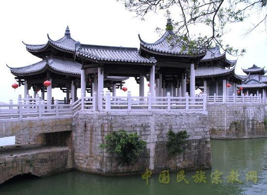 我国现存年代最早的跨海梁式大石桥洛阳桥,位于泉州东郊的洛阳江入海处,即古万安渡的地方,故又名万安桥,是世界桥梁筏形基础的开端。洛阳桥是宋代泉州太守蔡襄主持建造的工程。从北宋皇祐五年(公允1053年)至嘉祐四年(公元1059年),前后历七年之久,耗银一千四百万两,建成了这座跨江接海的大石桥。据史料记载,初建时桥长三百六十丈,宽一丈五尺,武士造像分立两旁。造桥工程规模巨大,结构工艺技术高超,名震寰宇。建桥九百余年以来,先后修复十七次。大修有宋绍兴八年(公元1138年),飓风、桥坏。邵守赵思诚修复;明宣