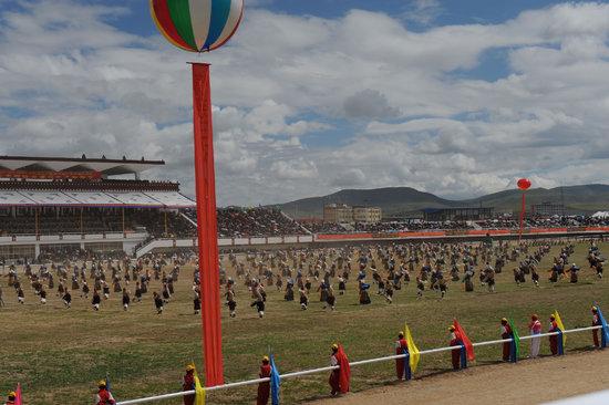 赛马节上的藏族舞蹈  图片来源:百度空间
