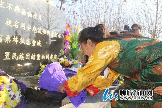 藏族女孩向孔繁森同志墓献花图片