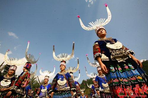 贵州六盘水市六枝特区中寨乡的苗族,头部挽髻,头髻较大,在头顶正中偏图片
