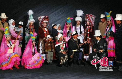 粗犷的柯尔克孜族服饰[ 来源:中国网  发布日期:2014-03-16 &nbsp浏览()人次  投稿  收藏 ]  粗犷的柯尔克孜族服饰   柯尔克孜是四十个姑娘的意思。柯尔克孜族大部分居住在新疆的克孜勒苏自治州,部分散居南疆的乌什、阿克苏、英吉莎、塔什库尔干、皮山等县以及北疆的特克斯、昭苏、额敏、博乐、精河、巩留等县及牧区。主要从事畜牧业,少数人从事农业、手工业,是个传统的畜牧民族。服饰的源起和形成,与人类居住的自然生态环境密不可分。柯尔克孜族大部分牧民随逐水草而居,夏季居住毡房,冬季则定居