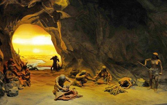 旧石器时代,生活在滨河山林的远古人类为了维持生存