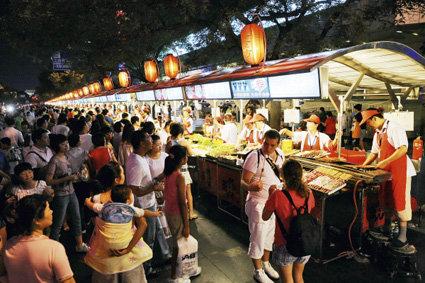北京王府井东华门夜市的小吃一条街(摄于2008年)