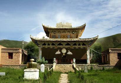 在寺院建筑的造型方面,多采用汉式歇山顶和藏式平顶相结合的处理手图片