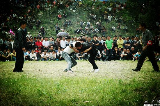贵州 黎平/4月14日至15日,贵州黎平县双江镇四寨村举行侗族摔跤节,这个...