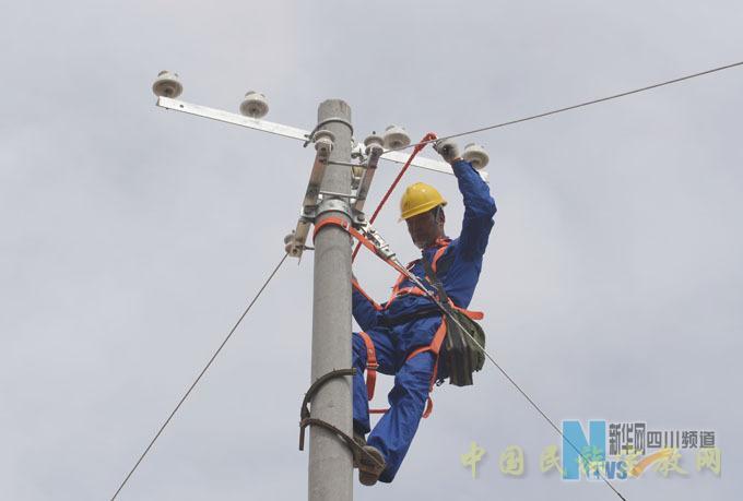 石渠县无电地区电力建设第一条低压线路。    5月4日,经过前期紧张的准备工作,石渠县无电地区电力建设第一条低压线路顺利开建。   该低压线路新建工程项目位于金沙江畔的石渠县奔达乡阴巴村,计划新建10千伏线路0.2公里,低压线路3.6公里,变压器2台,总容量150千伏安,解决该村40户无电户。   笔者随业主项目部安全督查队来到现场,见到现场作业秩序井然,安全工器具、生产工器具、备品备件摆放整齐,工作人员着装统一,现场安全措施到位,监护到位。业主项目部经理都健刚在仔细查看了工作现场后,叮嘱施工负责人千万