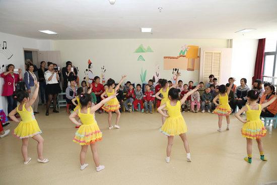 金贝儿幼儿园的小朋友们为福利院残障儿童表演节目
