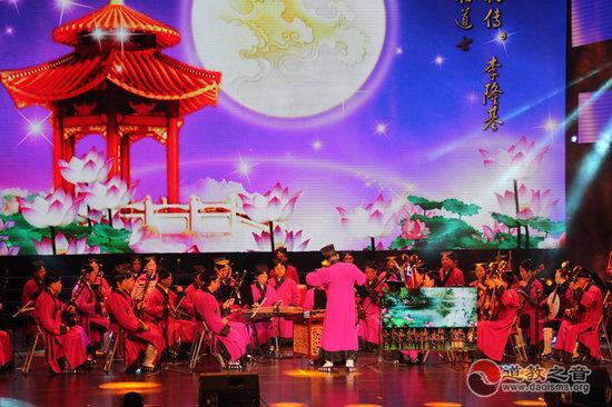 2013年12月9日至11日,紫气东来首届中国•温州道教文化节暨东蒙山天然道观开光圣典音乐晚会上北京道乐团演奏《万神朝礼》   谈到道教音乐与传统民间音乐,首先得从更广阔的范围提及道教与中国传统文化的关系。   一、道教与中国传统文化   论及道教与传统文化的密切关系,学术界有这样的观点,认为道教进入中期以后,对许多文化领域的辐射作用有不断加强的趋势。大凡一种重要宗教,都有四个层次,从内到外,一为宗教信仰(基本宗旨),二为宗教理论(教义、学说、戒律),三为宗教实体(宗教组织、设施、活