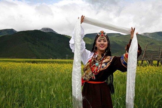 蓝色哈达在安多藏区多用于女子成人礼和系在出嫁女子