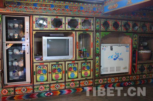 传统藏式家具中摆放整齐的家用电器 摄影:张丽娜图片