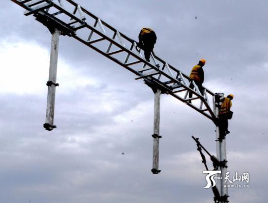 新疆最大高铁站接触网硬横梁架设完工