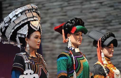 来自大凉山的彝族姑娘在进行彝族服饰展示.-传承千年的彝族传统选图片