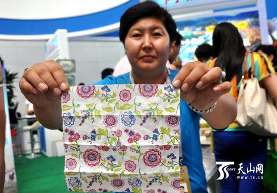 哈萨克族传统花纹纸巾热销亚欧博览会