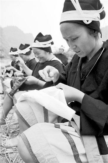 白裤瑶妇女在给服饰刺绣.-白裤瑶服饰制作 巧夺天工