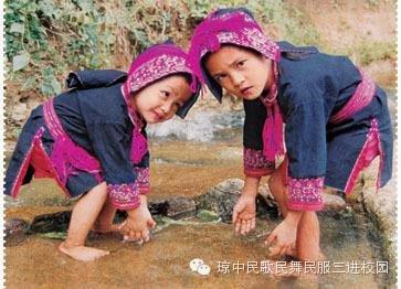 染布制成的苗族儿童服饰-终朝采蓝,海南苗族用蓝靛提取天然染布颜图片