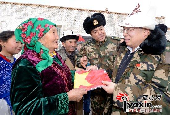 国旗护卫队的国旗送给新疆边民