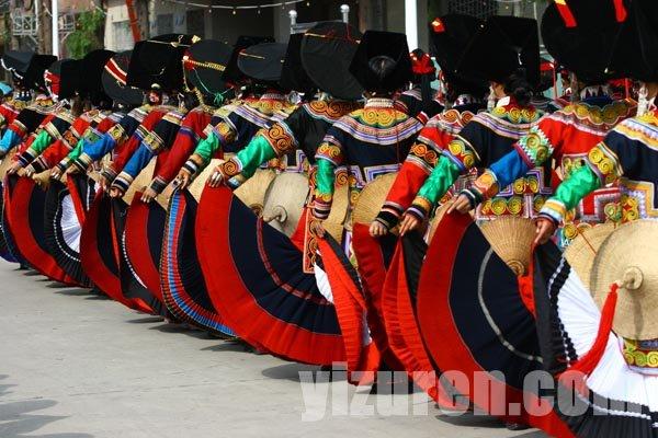 红色彝族花纹背景图片