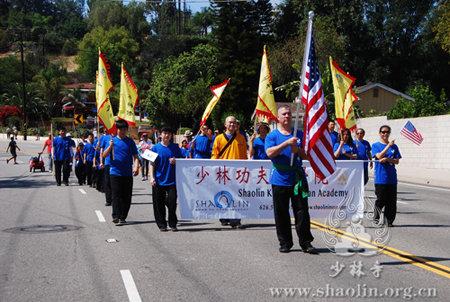 美国洛杉矶少林功夫禅学院受邀参加美国国庆游行