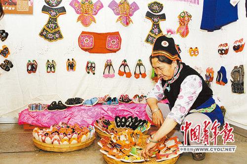 云南鼓励农村妇女刺绣 少数民族刺绣成惠民产业图片