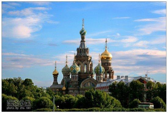 许多人喜欢圣彼得堡更甚于莫斯科的原因在于前者整饬的规划和雍容典雅的欧式古典建筑。整个十八到十九世纪,俄罗斯驻欧洲国家的大使们一直在为这座城市寻找优秀的建筑师和建造师,到今天,遍布全城的巴洛克式和古典式建筑使圣彼得堡出落为一个穿着欧洲时装的城市,倒是典型的俄罗斯风格建筑成了少数派。也许暗合了物稀为贵的心理,市中心的基督升天大教堂因为纯粹的俄式风格令游人颇感新鲜,当人们知道它还有一个滴血大教堂的别名时,于是更有理由驻足了。   19世纪60年代,在俄罗斯和美国几乎同步发生了历史性转折:1861年,