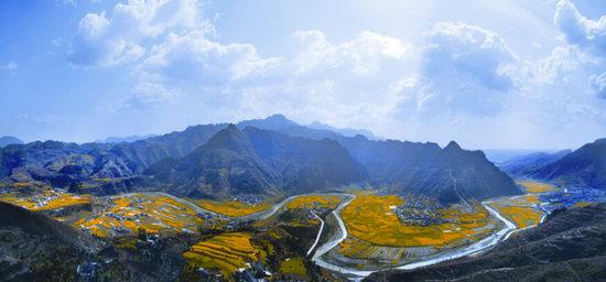 站在峡谷最高处的文峰塔上