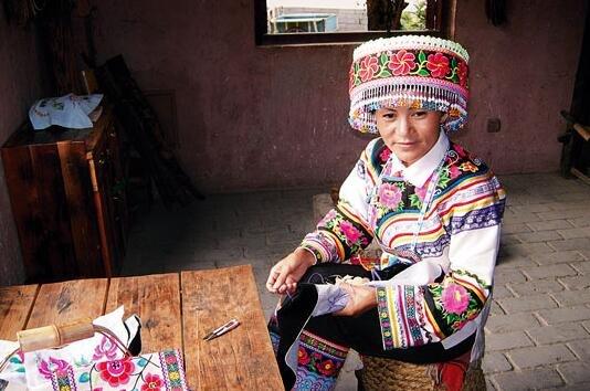 云南楚雄彝族自治州境内居住有彝、苗、傣、白、回、哈尼、傈僳等26个少数民族。少数民族人口91.61万人,占户籍人口的35.01%,其中彝族人口74.04万人,占户籍人口的28.29%,占少数民族人口的80.82%。万人以上少数民族有彝族(740418人)、僳僳族(56328人)、苗族(46086人)、傣族(22765人)、回族(21245人)和白族(16972人)。  楚雄州的史诗壁画《梅葛》   云南楚雄彝族自治州由于所处的地理环境与历史条件,其发展呈现出丰富性、开放性与单一性、封闭性的双重特征。