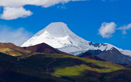 藏族人适应高原低氧环境秘密被揭[ 来源:中国科普网  发布日期:2016-02-17 &nbsp浏览()人次  投稿  收藏 ]   青藏高原平均海拔在4000米以上,那里稀薄的空气会给一些外来者带来不适,但藏族人却可以在这样的环境下繁衍生息。研究团队对拉萨市和班戈县的1000多名藏族个体的HMOX2基因进行了分析,发现功能突变位点与藏族高原适应能力的指标之一血红蛋白浓度显著相关。    青藏高原平均海拔在4000米以上,那里稀薄的空气会给一些外来者带来不适,但藏族人却可以在这样的环境下繁衍生息