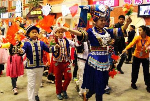 """哈尔滨市百余名儿童组成""""56个民族娃娃""""大型方阵,进行民族大团"""