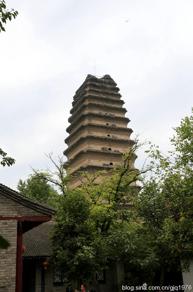 著名中国古代佛塔大盘点小雁塔[ 来源:新浪佛学  发布日期:2016-05-24 &nbsp浏览()人次  投稿  收藏 ]    小雁塔又称荐福寺塔,建于唐景龙年间,与大雁塔同为唐长安城保留至今的重要标志。小雁塔是中国早期方形密檐式砖塔的典型作品,原有15层,现存13层,高43.4米,塔形秀丽,是唐代佛教建筑艺术遗产,佛教传入中原地区并融入汉族文化的标志性建筑。 (编辑:李华)