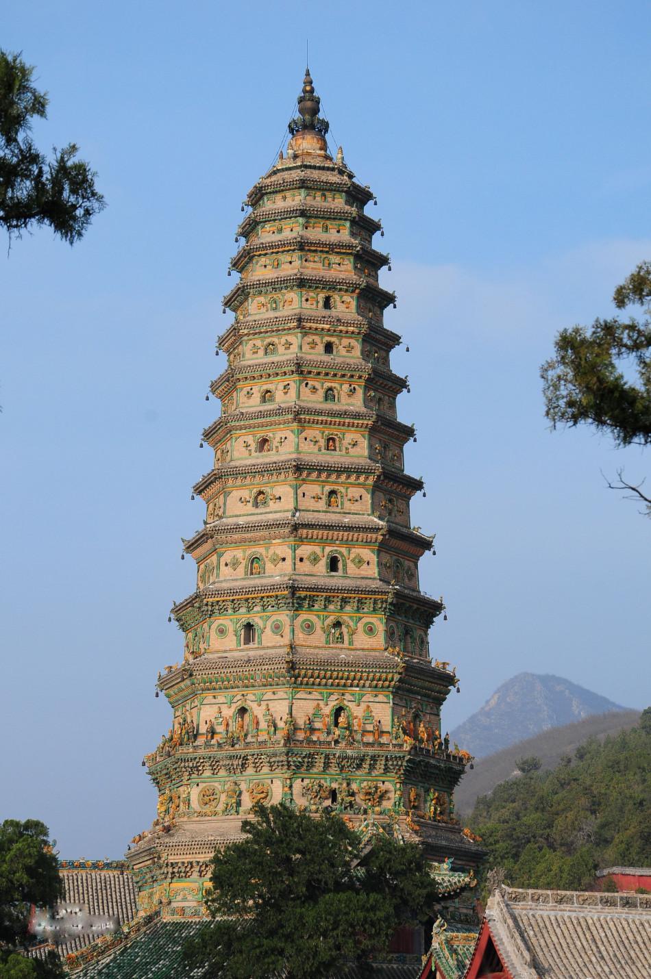 著名中国古代佛塔大盘点飞虹塔[ 来源:新浪佛学  发布日期:2016-05-25 &nbsp浏览()人次  投稿  收藏 ]    飞虹塔始建于汉代,前身是阿育王塔。是中国最大最完整的一座琉璃塔。塔平面八边形,是有十三檐的楼阁式佛塔,高47.6米。除底层为木回廊外,其他均用青砖砌成,各层皆有出檐。由于其塔身五彩斑斓如雨后彩虹,故名飞虹塔。 (编辑:李华)